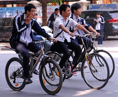 Học sinh một trường Trung học ở Hà Nội giờ tan học. AFP photo