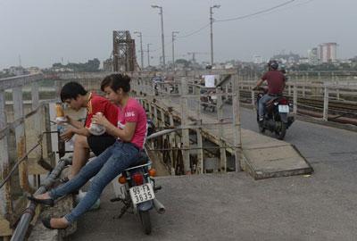 Một cặp đôi hóng gió trên cầu Long Biên tại Hà Nội ngày 20 tháng 6 năm 2013. AFP photo
