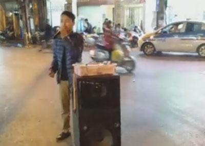 Hiệp Lê, bán kẹo hát rong trên đường phố Hà Nội bài Việt Nam Tôi Đâu của nhạc sĩ Việt Khang.