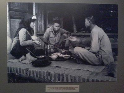 Bức ảnh bữa cơm của nhà nông tại cuộc triển lãm. Photo by Dũng Vova