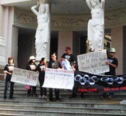 Đạo diễn Song Chi, nhà báo tự do Điếu Cày và một số thành viên Câu lạc bộ Báo Chí Tự Do tập trung trước Nhà Hát Thành Phố sáng 19-01-2008, mang theo các biểu ngữ phản đối Trung Quốc xâm chiếm Hoàng Sa và Trường Sa của Việt Nam. Photo courtesy of Diễn Đàn