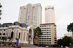 Nhà hát lớn TPHCM (trái). RFA PHOTO.