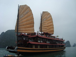 Thuyền buồm trên Vịnh Hạ Long. Photo courtesy of halongboatcruise.com