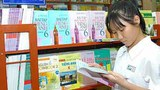 Một học sinh đang xem sách giáo khoa lớp 6 môn tiếng Anh.