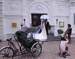 Một đôi vợ chồng đang chụp ảnh cưới tại Hà Nội hôm 26/08/2010. AFP PHOTO.