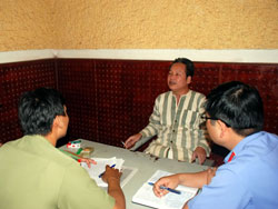Thầy Đinh Đăng Định tại trụ sở công an, ảnh chụp trước đây. File photo.