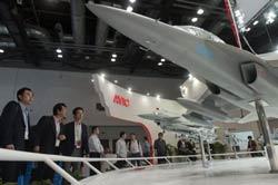 Người dân Trung Quốc xem các mô hình máy bay quân sự tại hội chợ triển lãm hàng không Trung Quốc ở Bắc Kinh hôm 21/9/2011. AFP photo