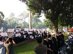 Tu sĩ và giáo dân giáo xứ Thái Hà biểu tình trước UBND TP. Hà Nội sáng 18/11/2011. RFA photo