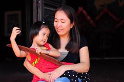 Mẹ Nấm cùng con gái. Photo from dantocvietnam.com