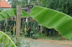 Bộ đội, công an bao vây giáo điểm Con Cuông tháng 7/2012. Photo courtesy of congdoanvinh