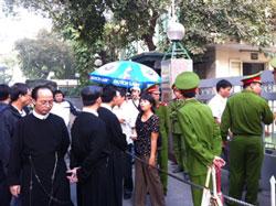 Giáo dân, tu sĩ giáo xứ Thái Hà và giáo dân của giáo phận Hà Nội biểu tình trước UBND thành phố Hà Nội hôm 18/11/2011, để đòi hỏi nhà nước giải quyết quyền lợi chính đáng. RFA PHOTO.