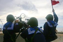 Hải quân Việt Nam tập trận trên đảo Phan Vinh thuộc quần đảo Trường Sa hôm 13-06-2011. AFP PHOTO