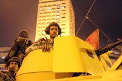 Các thành viên của Tổng thống Hosni Mubarak bảo vệ ông bên ngoài đài truyền hình quốc gia tại Cairo ngày 28/1/2011. AFP PHOTO