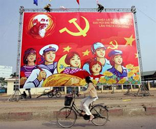 Công nhân đang treo tranh cổ động chào mừng Đại hội Đảng X tại Hà Nội.