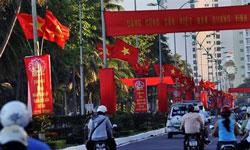 Trung tâm thành phố biển Nha Trang được treo cờ để kỷ niệm 80 năm ngày thành lập Đảng, ảnh chụp hôm 02-02-2010. AFP PHOTO / HOANG DINH Nam.