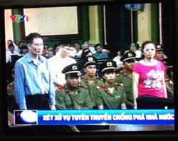 Blogger Điếu Cày (trái), Anhbasaigon (giữa) và blogger Tạ Phong Tần tại phiên xử ở Tòa án Nhân dân TPHCM hôm 24 tháng 9 năm 2012. Capture/VTV1