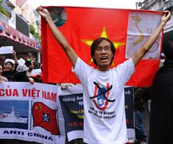 Những người biểu tình hô to khẩu hiệu chống Trung Quốc và diễu hành tới Đại sứ quán Trung Quốc ở Hà Nội hôm 09/12/2012. AFP photo
