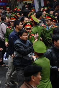 Công an ra sức giải tán người biểu tình chống Trung Quốc hôm 09/12/2012 tại Hà Nội. AFP photo