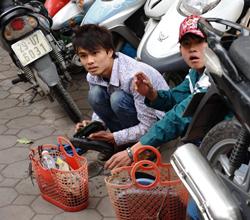 Hai bạn trẻ đánh giày kiếm sống vào dịp Tết Nguyên Đán 2011 ở Hà Nội. AFP photo
