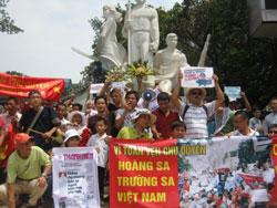 Người dân biểu tình chống Trung Quốc tại Hà Nội, sáng Chủ nhật 07/08/2011. Courtesy NguyenXuanDien.