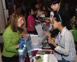 Một sinh viên Việt Nam (P) trao đổi với một nhân viên từ Washington State University (T) tại hội chợ giáo dục Hoa Kỳ tại Hà Nội vào ngày 08/4/2011. AFP