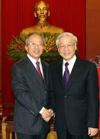 Ủy viên QVV TQ Đới Bỉnh Quốc (T) bắt tay với TBT ĐCS VN Nguyễn Phú Trọng tại Hà Nội hôm 07/9/2011. AFP photo