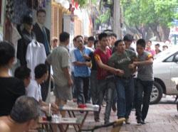 Rời chỗ biểu tình 200 mét vẫn bị bắt- Photo Nu vuong Cong Ly