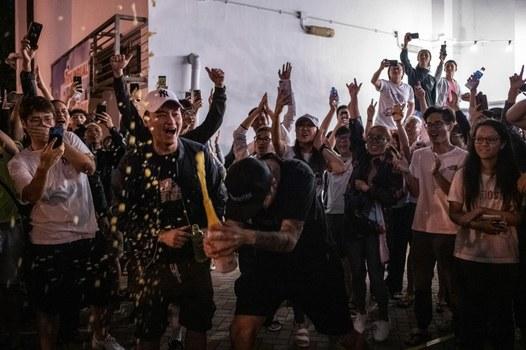 Những người ủng hộ phe Dân chủ ăn mừng khi ứng củ viên thân Bắc Kinh Jinius Ho thất cử tại cuộc bầu cử Hội đồng Quận Tuen Mun, Hong Kong hôm 25 tháng 11,2019.
