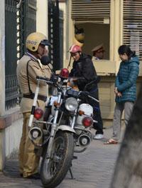 Cảnh sát giao thông đang ghi giấy phạt người vi phạm luật giao thông hôm 06/3/2013 tại Hà Nội. AFP photo