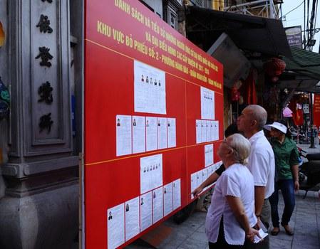 Người dân Hà Nội trong một lần xem danh sách các ứng cử viên trước đây.