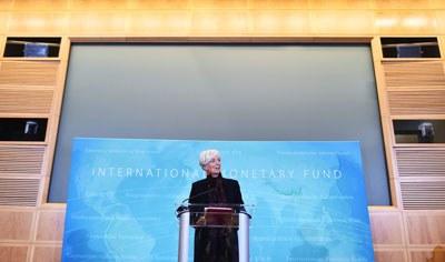 Giám đốc Quỹ Tiền tệ Quốc tế Christine Lagarde phát biểu hoan nghênh  Đồng Nguyên vào rổ đặc trích trong cuộc họp báo tại trụ sở IMF ở Washington, DC ngày 30/11/2015. AFP PHOTO / MANDEL NGAN.