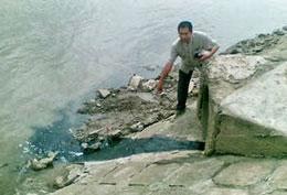 Nước thải từ công ty Hào Dương xả ra sông Đồng Điền. Photo: K.C/vnexpress