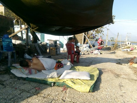Một gia đình ở Kỳ Anh, Hà Tĩnh phải che bạt sống tạm sau bão