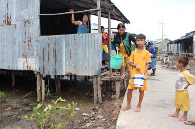 Các Em nhỏ ở Cà Mau chuẩn bị đi bắt ốc phụ giúp gia đình. RFA PHOTO.