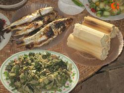 Món cá suối nướng và cơm lam trên mâm cơm của người Thái. Courtesy dantocviet.vn