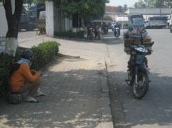 Một người bán dạo đồ TQ ở Bình Dương, ảnh chụp trước đây. RFA PHOTO.