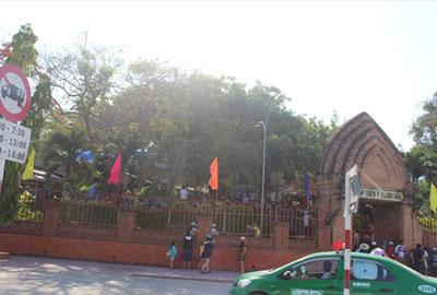 Tháp Bà Nha Trang và các đoàn khách Trung Quốc. RFA photo