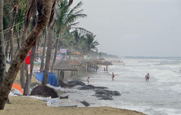 Bãi biển miền Trung đang lở lói bị sóng xâm thực từng giờ từng phút