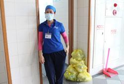 Một nữ hộ lý quét dọn vệ sinh trong bệnh viện. RFA PHOTO.