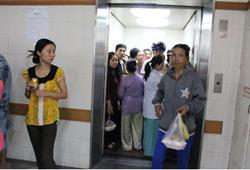 Người nhà bệnh nhân chen chúc trong thang máy một bệnh viện. RFA PHOTO.