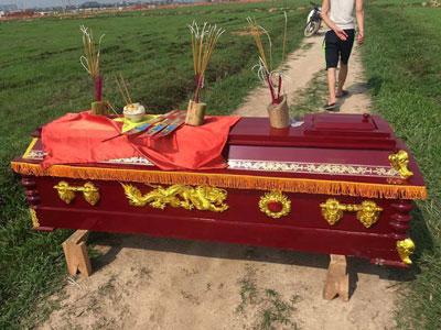 Người dân xã Yên Trung, huyện Yên Phong, tỉnh Bắc Ninh mang quan tài ra đồng tuyên bố sẽ quyết giữ đất tới cùng.
