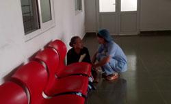 Một nhân viên y tế hỏi thăm người nhà bệnh nhân tại một bệnh viện ở Đà Nẵng. RFA PHOTO.