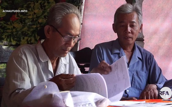 Ông Mong và ông Bé đại diện cho 65 hộ dân thu thập giấy tờ để khiếu kiện đòi đất