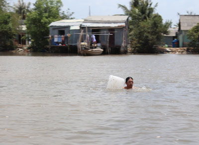 Sang nhà hàng xóm bằng cách bơi qua sông. RFA