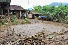 Sau trận lụt vừa qua bùn non đọng khắp nơi gây rất nhiều trở ngại cho bà con. RFA