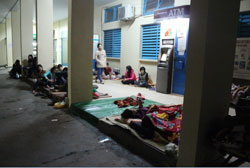 Những người nhà bệnh nhân nằm lây lất khắp hành lang một bệnh viện. RFA PHOTO.