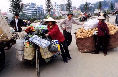 Tiểu thương vận chuyển hàng hóa giữa Trung Quốc và Việt nam qua cửa khẩu Lạng Sơn. AFP photo