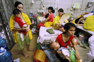 Khoa nhi bệnh viện công ở Hà Nội dịch sởi năm 2014. AFP photo.