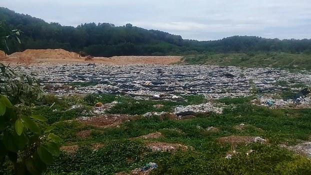 Bãi rác Tam Xuân 2 mặc dù đã được phủ bạt nhưng vẫn chưa hết mùi hôi