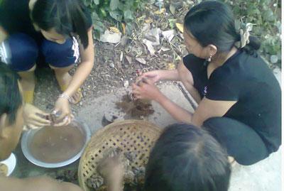 Một gia đình trên đảo Lý Sơn đang làm sò lông  nấu cháo. RFA